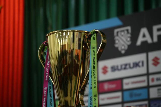 11h trưa hôm nay, tại hội trường lớn của VFF đã diễn ra cuộc họp báo giữa 2 đội tuyển. Chiếc Cup vàng bất ngờ xuất hiện tại bàn họp báo khiến nhiều phóng viên trong nước bất ngờ.