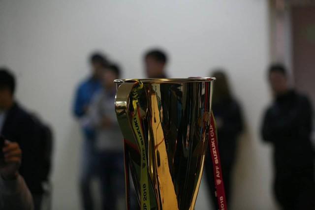Chiếc Cup vàng xuất hiện trở thành tâm điểm gây chú ý đối với nhiều phóng viên.