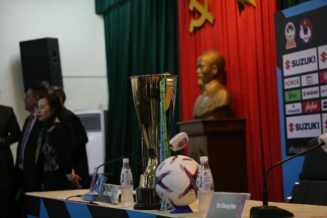 Chiếc Cup vàng được đặt giữa bàn họp báo.