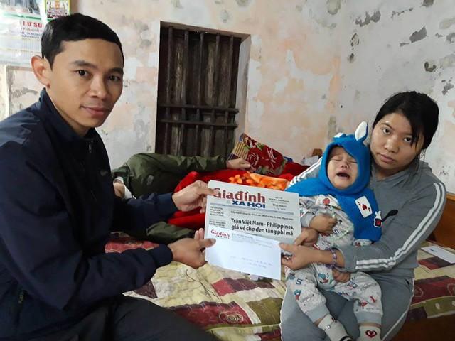 Anh Đỗ Xuân Đại – Bí thư Đoàn xã Liên Am, huyện Vĩnh Bảo, Hải Phòng đã thay mặt chuyên mục Vòng tay nhân ái trao tiền cho gia đình bé Thiên.