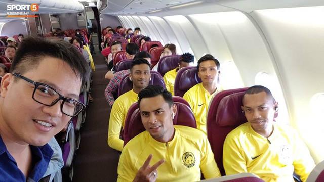Các cầu thủ Malaysia trên máy bay tới Việt Nam, tham dự trận chung kết lượt về AFF