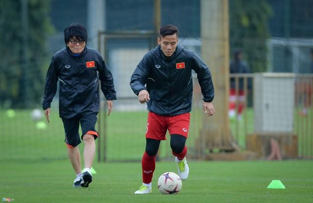 Cầu thủ Quế Ngọc Hải tập riêng với bác sĩ dưới cái lạnh 13 độ của Hà Nội, chuẩn bị cho lượt về AFF Cup. Ảnh: Zing