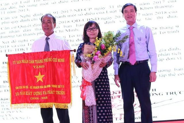 Chi cục DS-KHHGĐ vinh dự đón nhận Cờ truyền thống của UBND TP. HCM trao tặng.