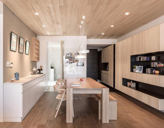 Căn phòng ăn của gia đình trông vô cùng ấm cúng được bao bọc bởi chất liệu gỗ.