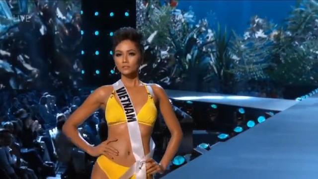 HHen Niê trình diễn áo tắm trong đêm bán kết Miss Universe 2018.