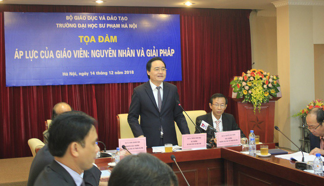 """Bộ trưởng Bộ GD&ĐT Phùng Xuân Nhạ phát biểu tại Tọa đàm """"Áp lực của giáo viên: Nguyên nhân và giải pháp"""" tổ chức tại Trường ĐH Sư phạm Hà Nội ngày 14/12. Ảnh: Q.A"""
