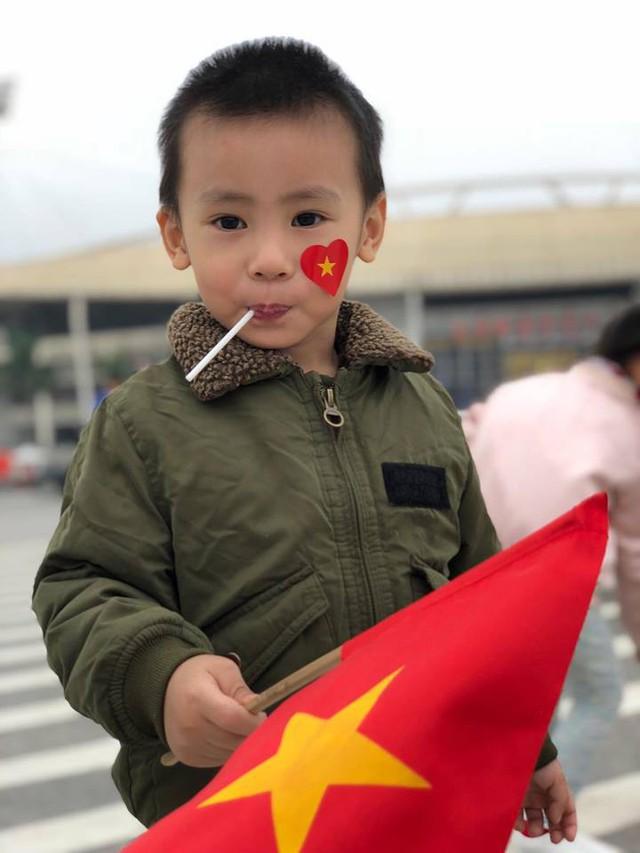 Gấu - biệt danh bé trai được cha mẹ đưa đến quảng trường SVĐ cùng hòa mình vào không khí của niềm vui chiến thắng.