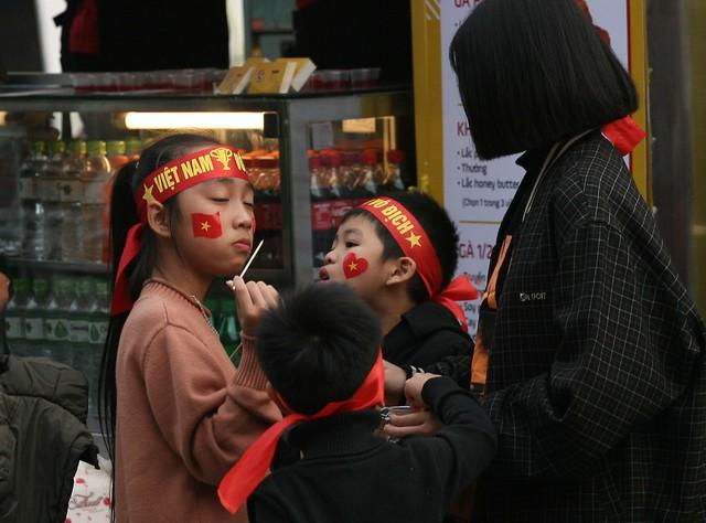 Tại một điểm bán nhiều loại đồ ăn vặt thu hút trẻ nhỏ.
