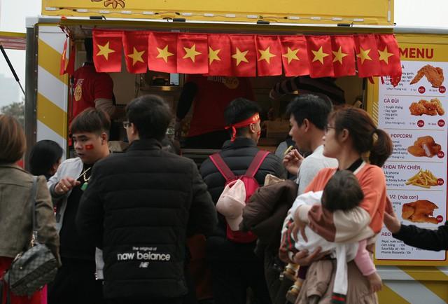 Cảnh tượng người dân phải xếp hàng mua đồ ăn.