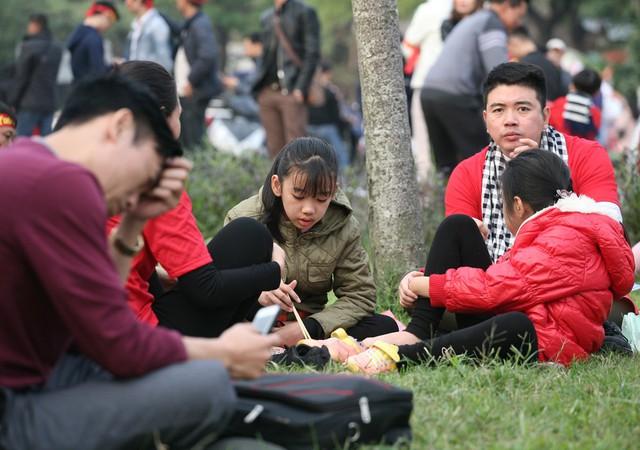 Rất nhiều gia đình trẻ có mặt tại đây sớm, tuy nhiên tất cả đều chưa kịp ăn tối nên lựa chọn cách ngồi ăn dưới bãi cỏ.