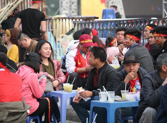 Tại một điểm bán nước và đồ ăn nhanh cảnh tượng CĐV chen chúc ngồi ăn tối khiến không ít người bất ngờ.