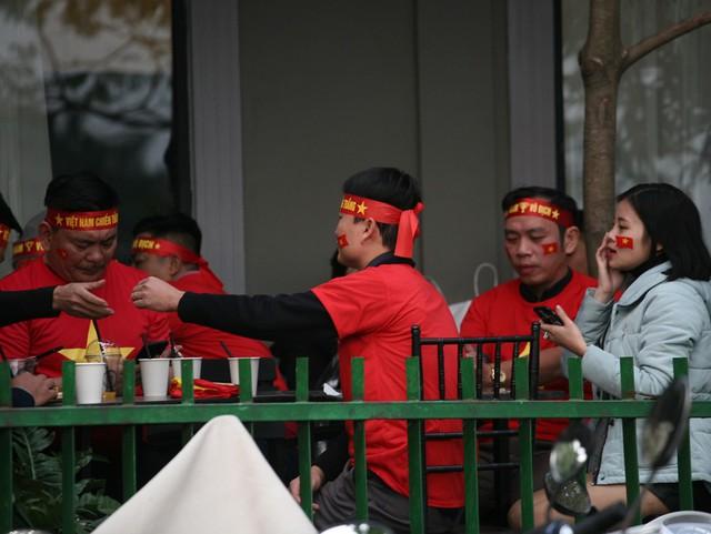 Nhiều gia đình, nhóm bạn bè lại lựa chọn ăn tối ở nhà hàng, dù đến gần 17h nhiều địa điểm thông báo không nhận khách.