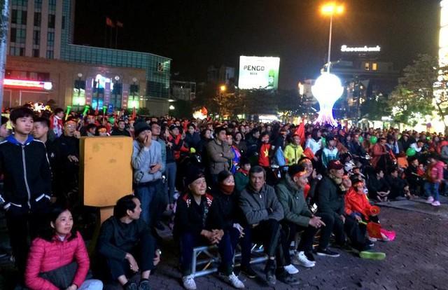 Hàng nghìn người dân tại TP. Hải Dương đổ về khu vực Tổng hợp theo dõi trận đấu. Ảnh: Đ.Tùy