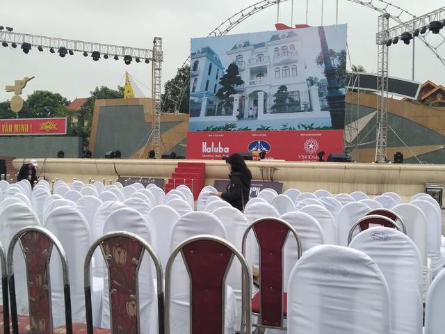 Màn hình cỡ lớn đã chuẩn bị xong sẵn sàng phục vụ người dân