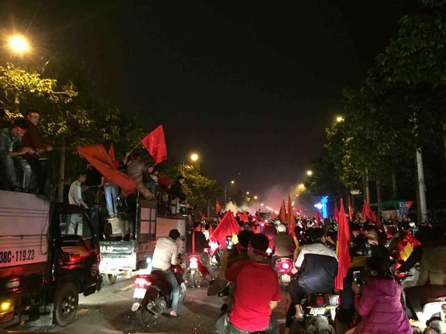 Tiếng hò reo Việt Nam vô địch vang khắp các tuyến đường.