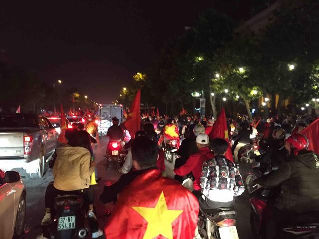 Ngay sau khi tiếng còi chung cuộc vang lên, hàng ngàn người hâm mộ tại TP Vinh đổ ra đường ăn mừng.