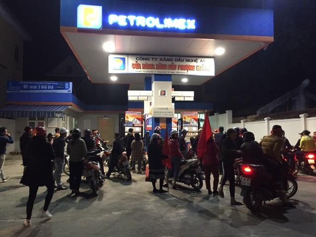 Người hâm mộ tiếp nhiên liệu để ra đường cổ vũ cho đội tuyển Việt Nam.