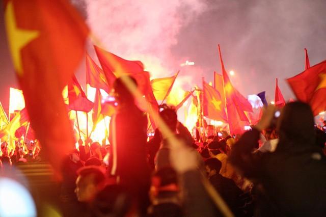 Ngay sau khi kết thúc trận đấu, hàng loạt pháo sáng được CĐV tổ chức ăn mừng ở quảng trường SVĐ.