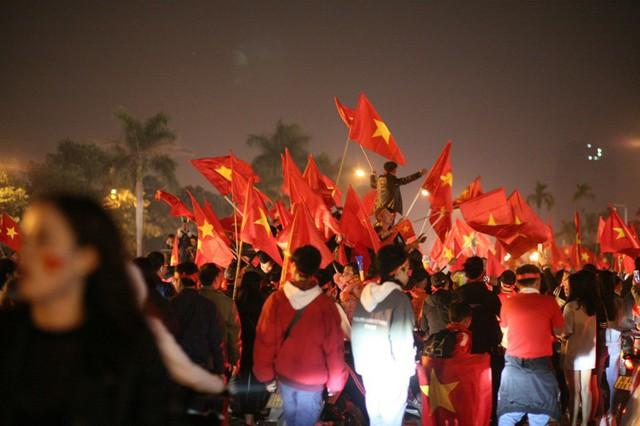 Ai cũng hô to Việt Nam vô địch.