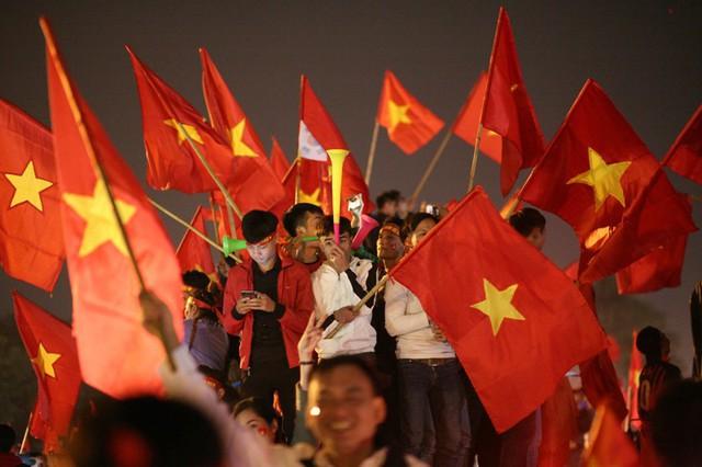 Hình ảnh những lá cờ đỏ sao vàng tung bay khắp các ngả đường khiến nhiều người như nghẹn ngào.