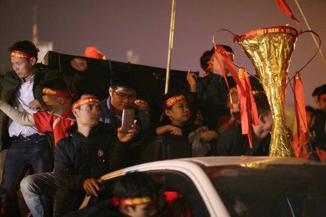 Chiếc cúp vàng vô địch được CĐV mang đi khắp nơi.