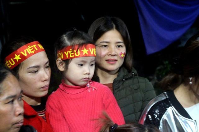 Tâm trạng lo âu của cổ động viên khi đội tuyển Việt Nam bị ép sân