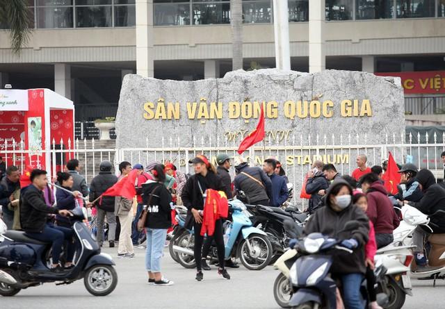 Trước quảng trường SVĐ, hàng nghìn người có mặt từ lúc 10h sáng để hưởng không khí trước trận đấu sớm.