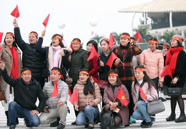 Nhóm CĐV ngoại tỉnh có mặt tại Hà Nội từ sáng sớm.