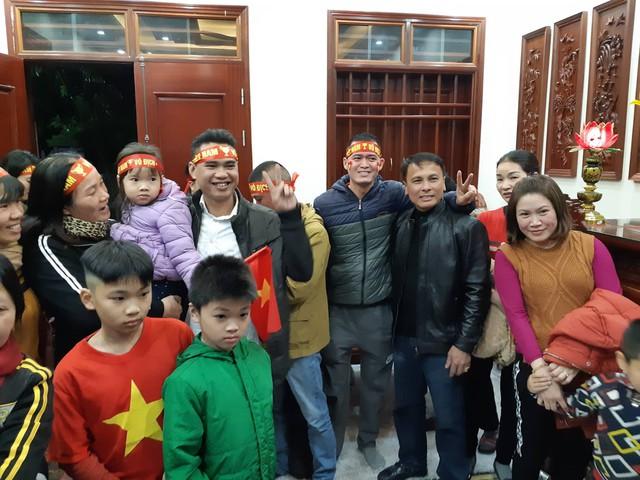 Bố Quang Hải (mặc áo da màu đen) chụp ảnh cùng người hâm mộ