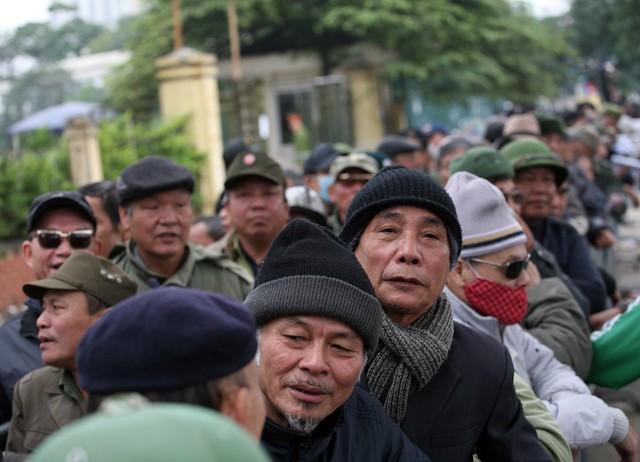 Từ hơn 6h sáng, hơn 200 thương binh đã nhận được giấy hẹn cách đây ít ngày đã có mặt trước trụ sở VFF xếp hàng chờ nhận vé.