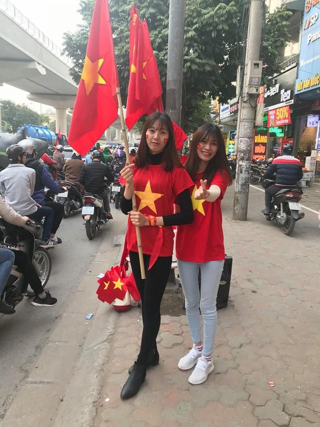 2 cô sinh viên xinh đẹp Trường đại học Điện Lực hòa chung dòng người đổ về sân vận động Mỹ Đình để cổ vũ cho Đội tuyển Việt Nam. Ảnh: N.Đạt