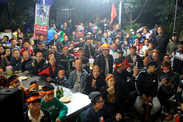 Hàng trăm người dân quê thôn Đào Lâm, xã Đoàn Tùng đến gia đình cầu thủ Đức Huy tiếp lửa cho đội tuyển Việt Nam. Ảnh: Đ.Tùy