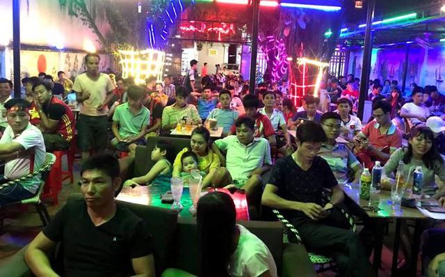 Khuôn viên hơn 300m2 tại quán cà phê gia đình cầu thủ Tiến Linh chật kín người đến xem. Ảnh: T.Q