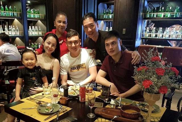 Lâm Tây chụp ảnh cùng bác ruột, chị Linh Nga và em trai.