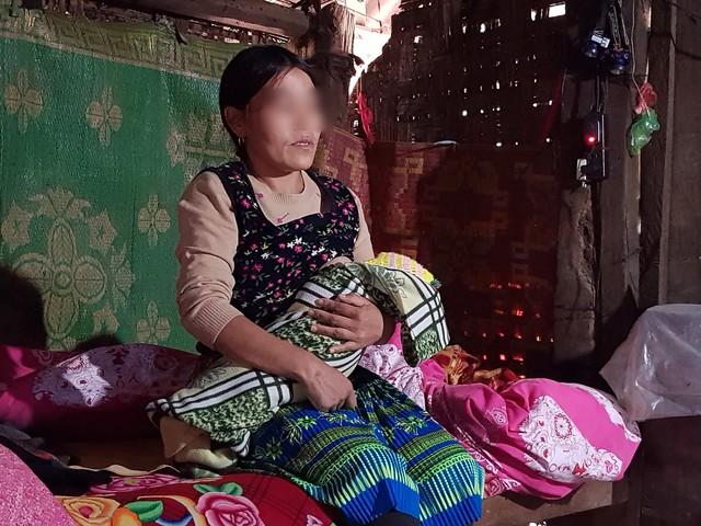 Chị Hạng Thị C bị lừa bán sang Trung Quốc làm vợ 10 năm và đứa con chưa đầy tháng tuổi. Ảnh: N.Hưng
