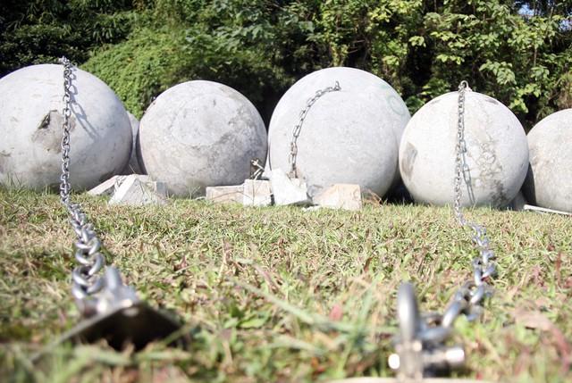 Hiện những dây xích được thiết kế bằng inox chắc chắn vẫn còn nguyên trên thân từng quả bóng.