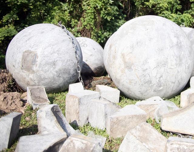 Chân đế đỡ mỗi quả bóng xích làm bằng đá cũng được di chuyển ra bãi đất trống.