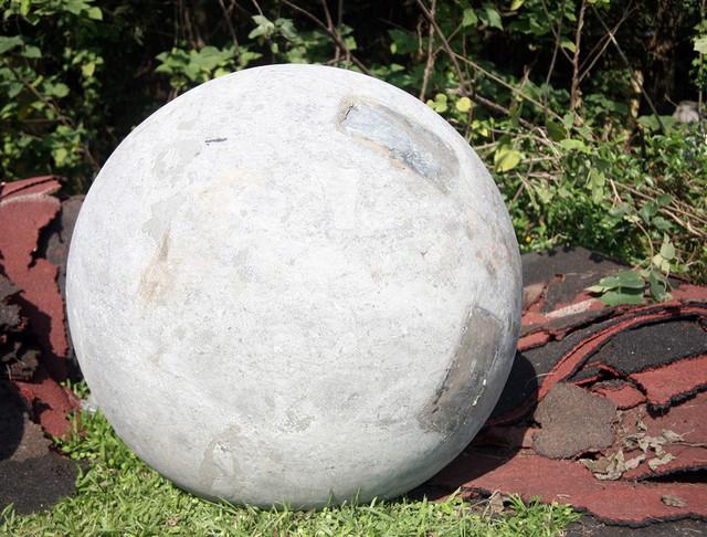 Sau khi đội tuyển Việt Nam đoạt cúp vô địch AFF, 40 quả bóng xích nằm im tại nơi được chuyển đến.