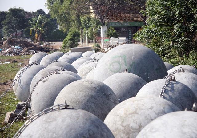 Mỗi quả bóng xích lớn ước tính nặng đến cả tấn.