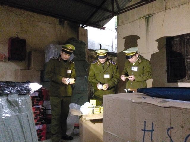 Lực lượng chức năng khu vực Cửa khẩu Quốc tế Hữu nghị (Lạng Sơn) chặn pháo trên tuyến biên giới. Ảnh: PV