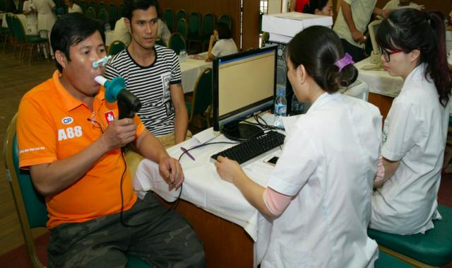 Khám cho bệnh nhân mắc COPD ở Bệnh viện Bạch Mai. Ảnh: TL