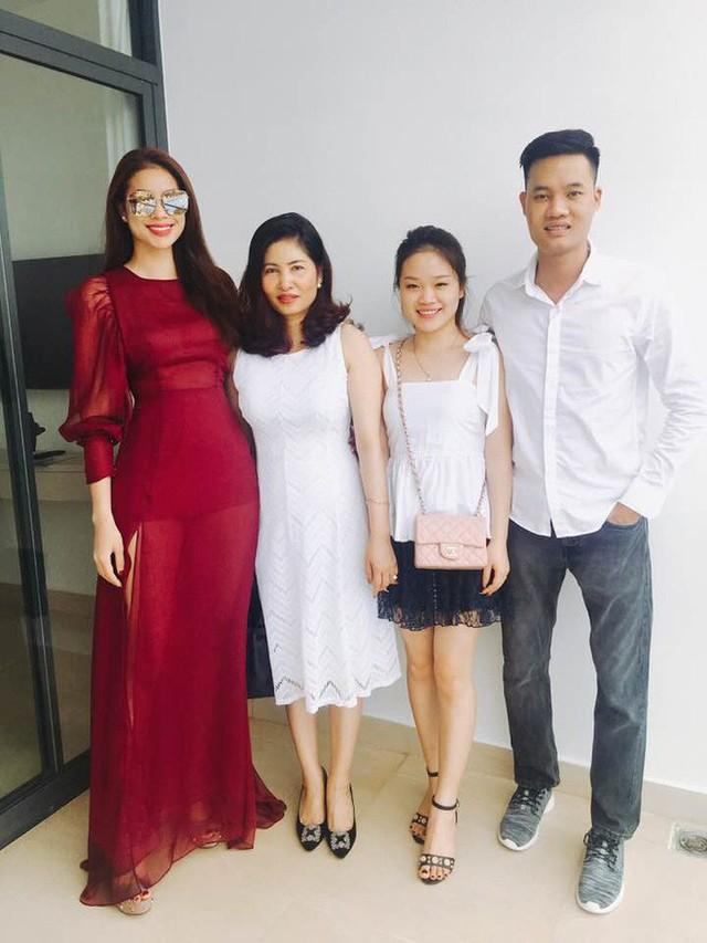 Mẹ của Phạm Hương ngày càng trẻ đẹp và sành điệu hơn sau khi con gái đăng quang.