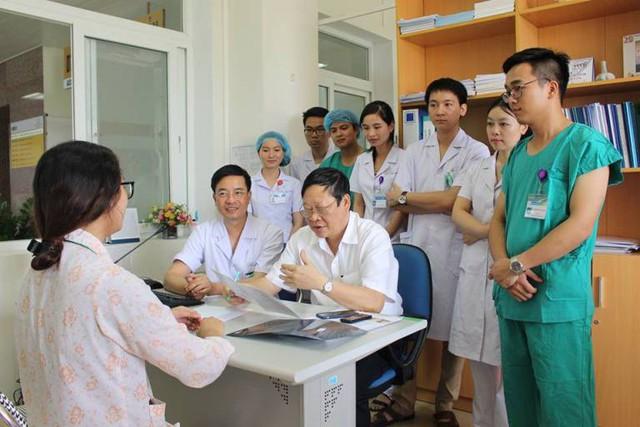 Một sản phụ điều trị tại Bệnh viện Sản Nhi tỉnh Quảng Ninh được Thứ trưởng Bộ y tế Nguyễn Viết Tiến trao đổi. Ảnh: T.T