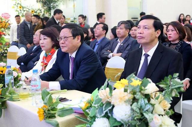 Thứ trưởng Bộ Y tế Nguyễn Viết Tiến (ngồi giữa) tham dự chương trình chào đón 100 em bé chào đời bằng phương pháp thụ tinh trong ống nghiệm tại Quảng Ninh. Ảnh: T.T