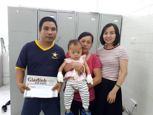 PV Phương Thuận (ngoài cùng bên phải) đại diện chương trình Vòng tay nhân ái trao tiền cho gia đình bé Thủy.