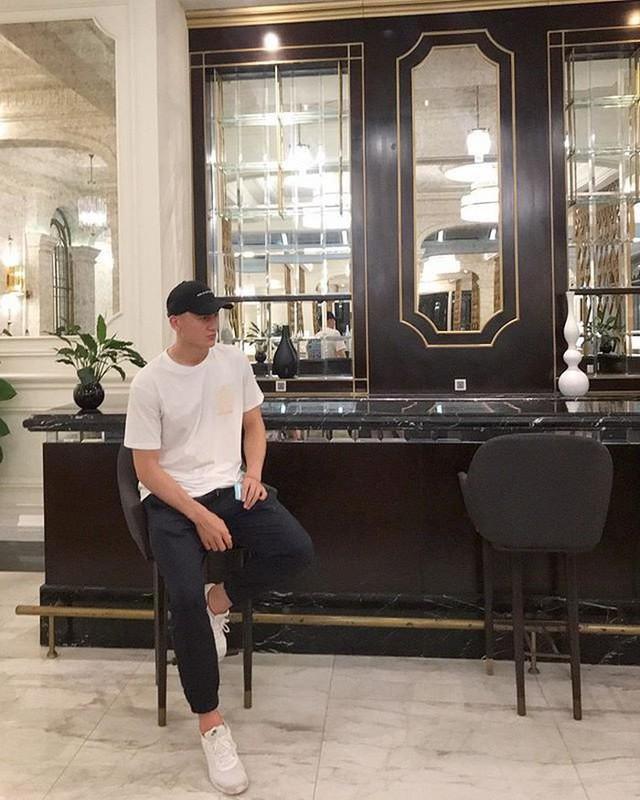 Sneakers, mũ lưỡi trai không thể thiếu trong tủ đồ của Đặng Văn Lâm. Trung thành với những set đồ đơn giản từ nhiều năm nay giúp mang đến cho anh hình ảnh khỏe khoắn, năng động trong mắt mọi người.