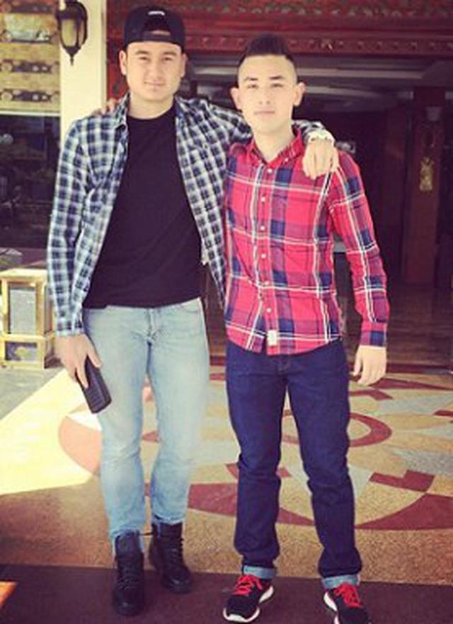 Cũng một kiểu áo phông, quần jeans đơn giản, Văn Lâm khoác thêm áo sơ mi kẻ sọc, phối với boot cao cổ tạo điểm nhấn. Cầu thủ 25 tuổi được nhận xét ăn mặc đúng chất thể thao.