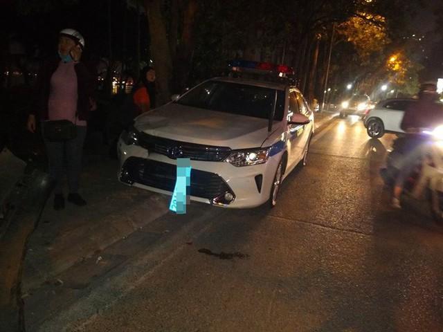 Chiếc xe Lexus còn đâm rụng biển số xe chuyên dụng của CSGT.