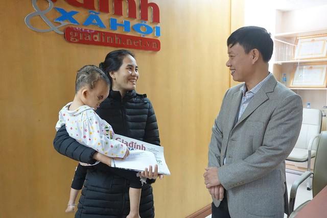 Ông Nguyễn Ngọc Đức - Phó Tổng biên tập Báo Gia đình & Xã hội trao quà của độc giả hỗ trợ cho bé Hoàng Dung. Ảnh: Hà My