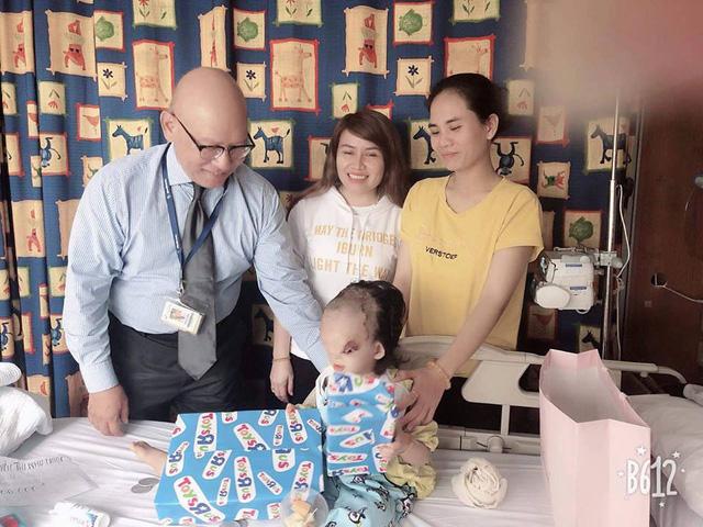 Bé Hoàng Dung đang điều trị ở nước ngoài. Ảnh nhân vật cung cấp.